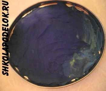 Покрываем основание  слоем пластилина синего цвета