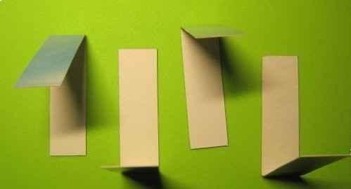 Сгибаем нарезанные картонные полоски посередине (мастер-класс создания магнитной закладки)
